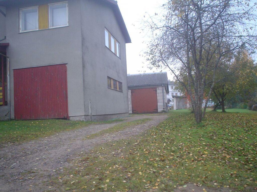 Antslas suur kahekorruseline maja.