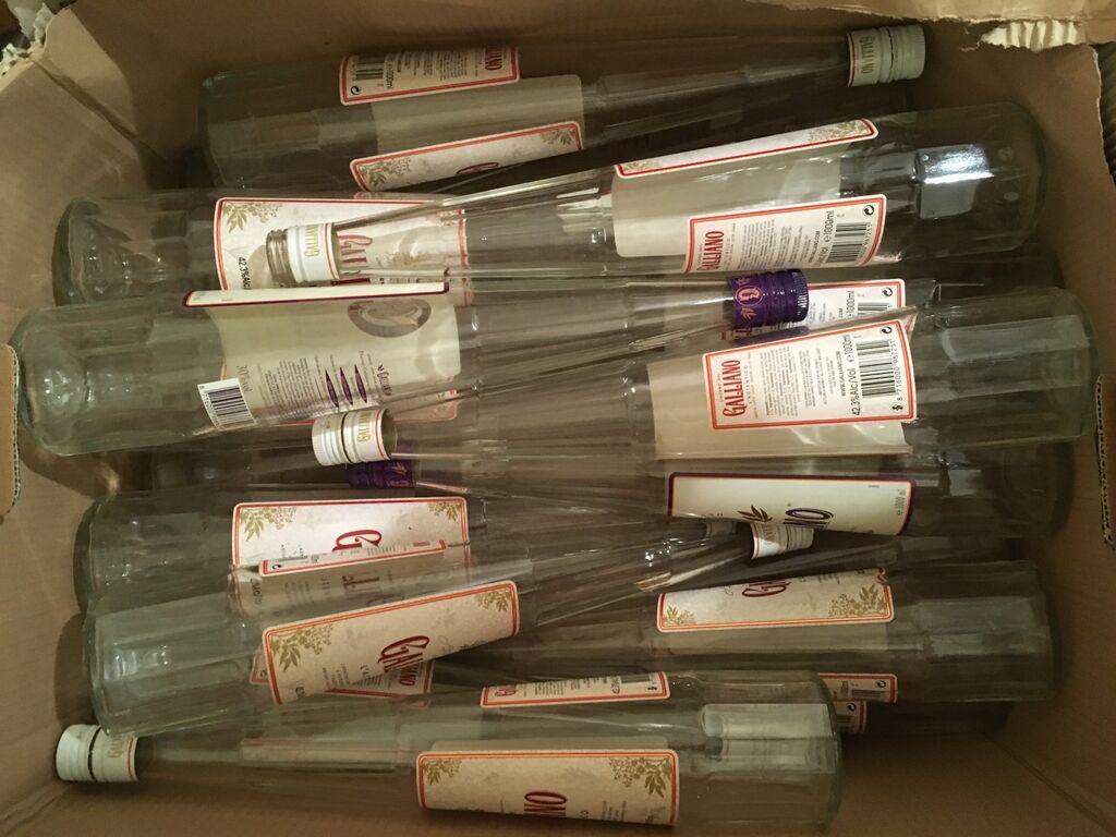 Tühjad Galliano pudelid, küünlajag, lillevaas