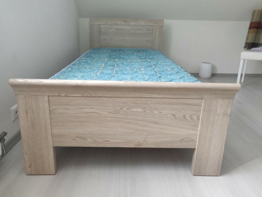 Kirjutuslaud ja voodi