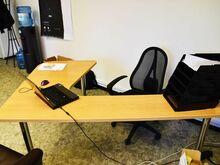 Kolm kontorilauda, koosolekulaud, kapp