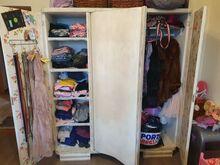 Vanaaegne redisainitud riidekapp