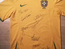 Brasiilia jalgpallikoondise särk autogrammidega