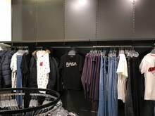 Kaupluse / Riidepoe seinariiulid mustavärvi