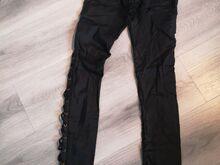 Mustad läikivad püksid.