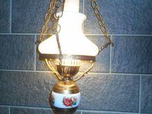 Retro klaaskuplite ja portselanosaga laelamp.