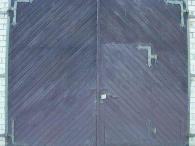 Garaazi või töökoja kasutatud uksed.