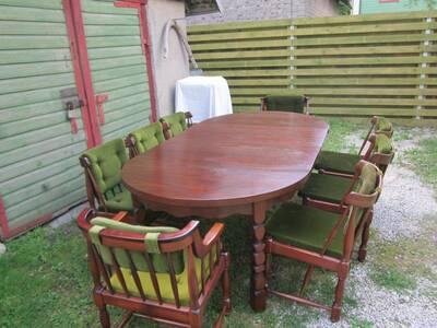 Lahtikäiv täispuidust  laud ja kaheksa tooli