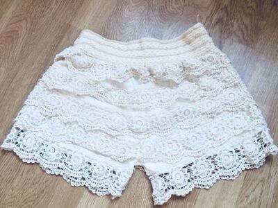 Pitsilised lühikesed püksid