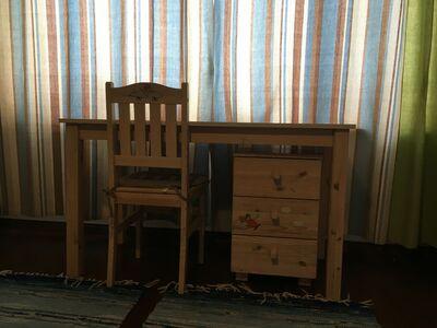 Täispuidust kirjutuslaud sahtliboksi ja tooliga