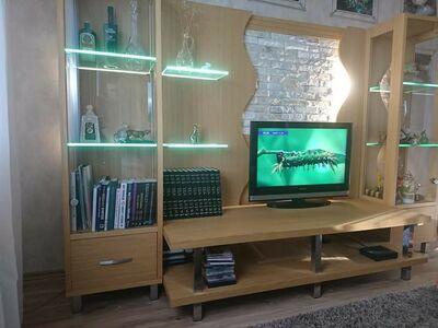Klaaside ja valgustusega vitriinkapp
