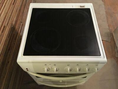 Kasutatud 60cm keraamiline elektripliit Electrolux