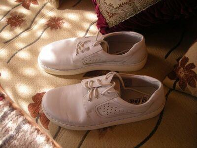 Mugavad nahast mustad ja  valged kingad