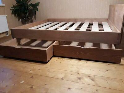 Puidust voodi koos 4 pesukastiga