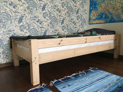 Täispuidust voodi koos madratsiga
